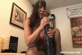 Fitnessgirl cums with new anal plug and dildo